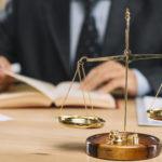 Gdzie lepiej odrzucić spadek – w sądzie czy u notariusza?